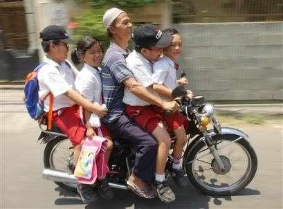 berkendara tanpa helm (ilustrasi)