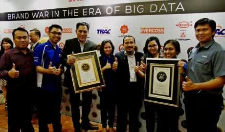wpid-tim-yamaha-indonesia-di-indonesia-best-brand-award-2014-seremoni.-tampak-m.abidin-gm-servicemotorsport-dan-mohammad-masykur-asisten-gm-marketing.jpg
